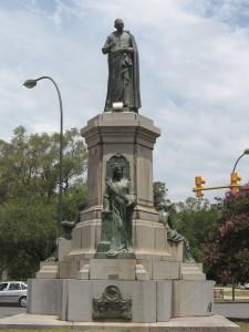 mayo-estatua_dean_funes