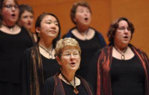 Martín Benvenuto y el Peninsula Women's Chorus